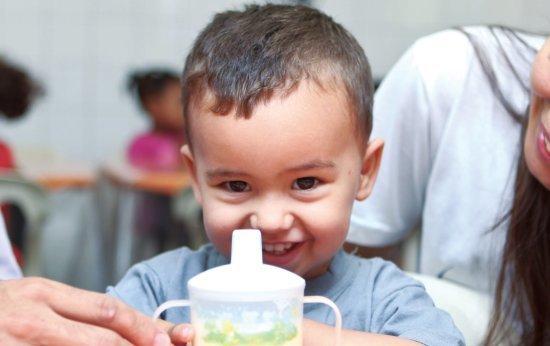 HORA DO LANCHE No Centro Social Marista Robru, pai e educadora se revezam para alimentar um bebê durante a adaptação