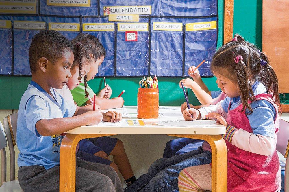 O aprendizado estimula a socialização das crianças