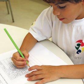 Organizar a rotina da alfabetização - Menino escreve lista de palavras